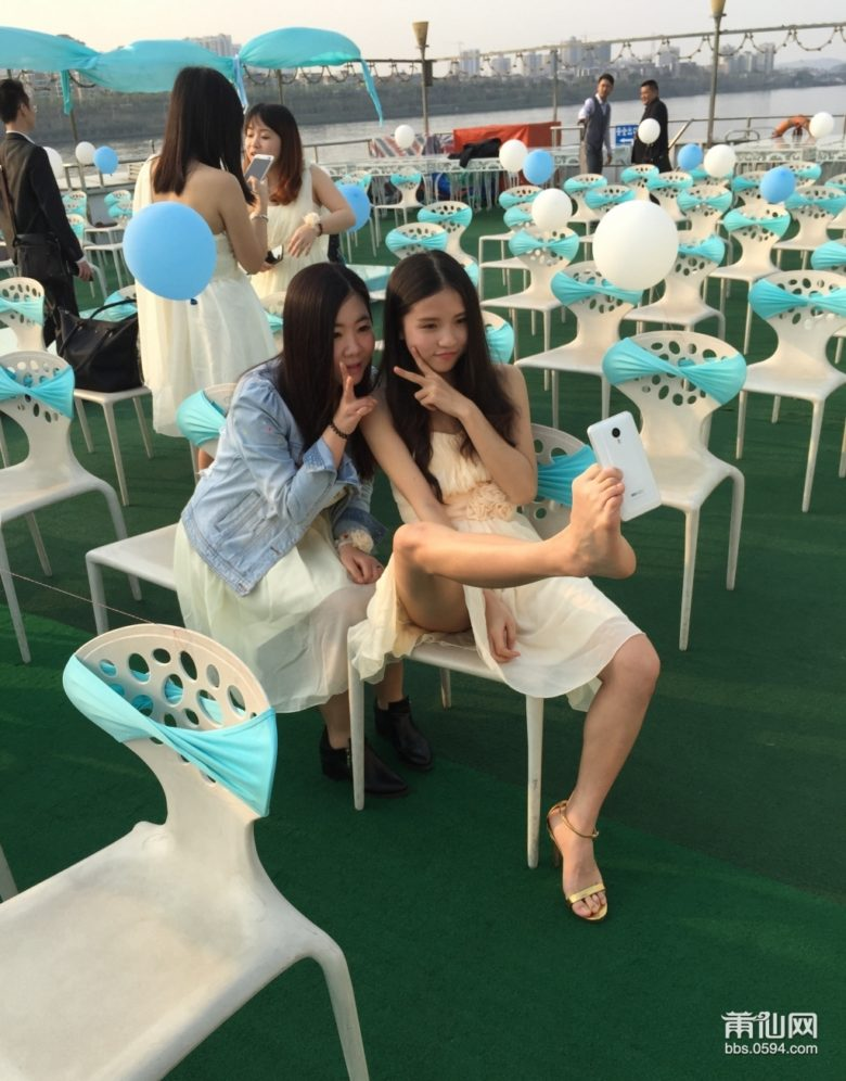 【自撮り女子おもしろ画像】足で器用に自撮りする中国の女子(笑)