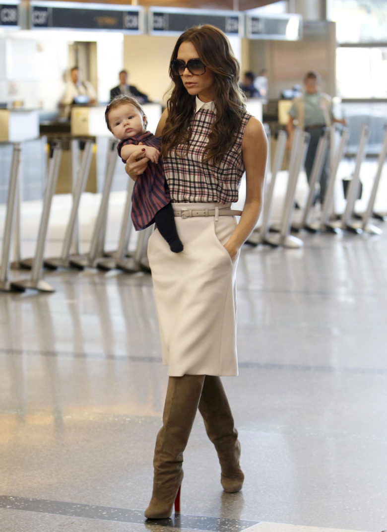 赤ちゃんを抱っこして歩くヴィクトリア・ベッカム(笑)