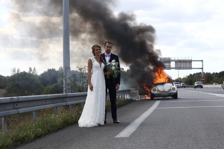 【結婚おもしろ画像】炎上した車と一緒に記念写真を撮る新郎と新婦(笑)