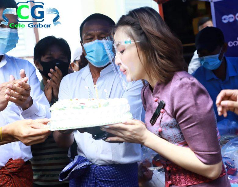 【フェイスシールド誕生日おもしろ画像】フェイスシールドしたまま誕生日ケーキの火を消そうとする女優(笑)