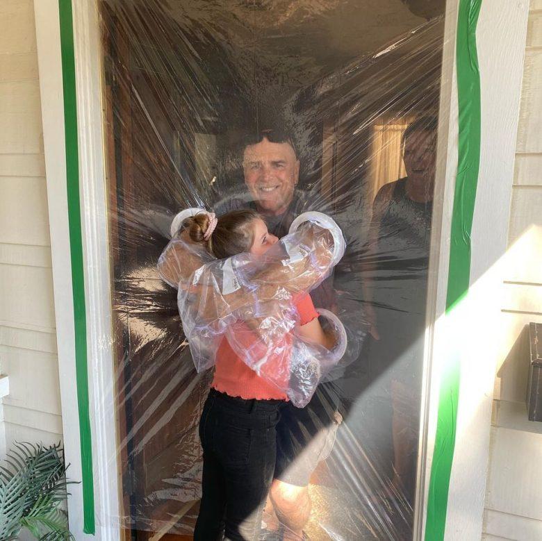 コロナでも愛する祖父母と抱き合える「ハグカーテン」!
