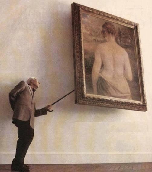 絵画の女性の正面が気になるジェントルマン(笑)