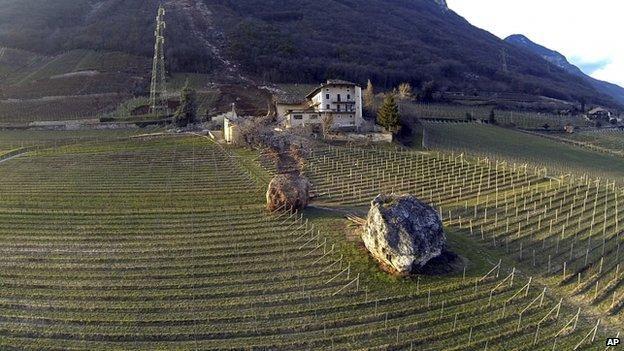 【自然災害画像】イタリアで起きた、地滑りで家を破壊していく巨大岩!