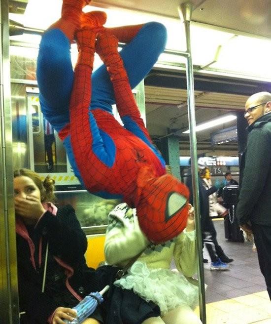 【海外の電車おもしろ画像】海外の地下鉄に現れたスパイダーマン(笑)
