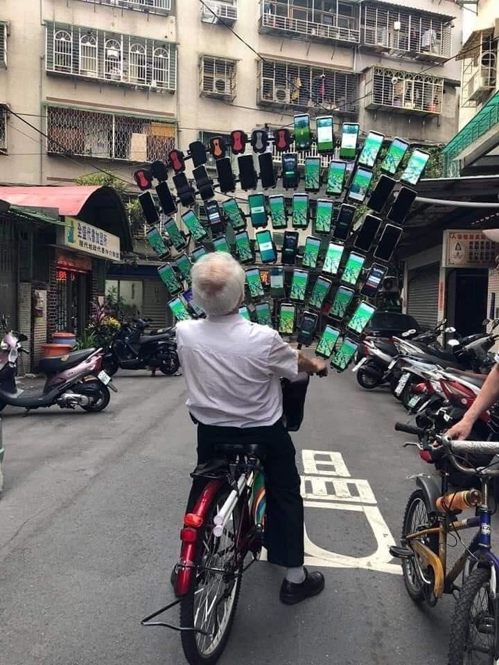 スマホ64台でポケモンGOをプレイする台湾の人(笑)