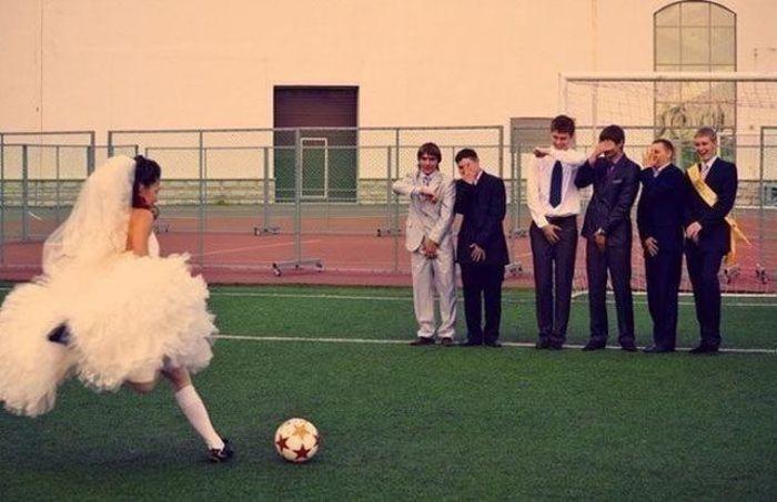 【花嫁おもしろ画像】フリーキックする花嫁とゴールを守る男性陣(笑)