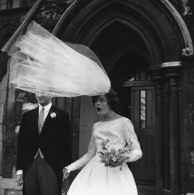 【結婚式おもしろ画像】強風でヴェールがすごいことになった時の花嫁の表情(笑)