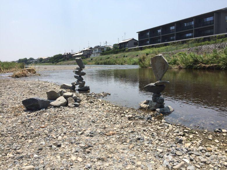 河原の石で作ったすごすぎるオブジェ(笑)