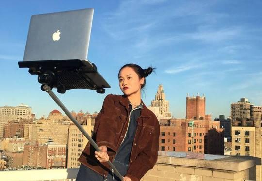 【自撮りおもしろ画像】斬新すぎる自撮り棒「MacBook SelfieStick」(笑)