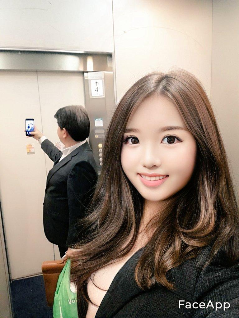【自撮りおもしろ画像】自撮りする美女の後ろの鏡に写り込むおじさん(笑)