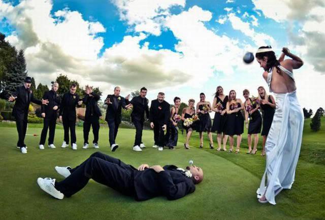 【結婚おもしろ画像】花婿がくわえたゴルフボールをショットしようとする花嫁(笑)