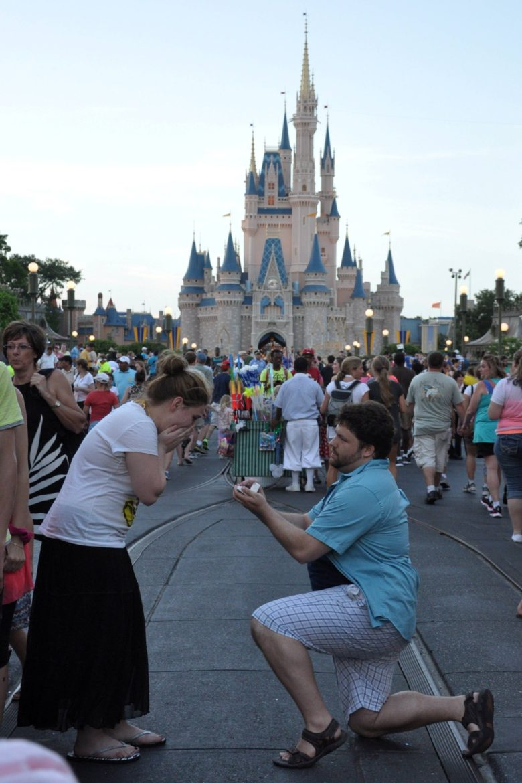 【プロポーズおもしろ画像】ディズニープロポーズの撮影を邪魔してしまった男性(笑)