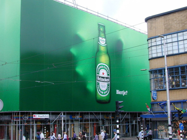 【広告おもしろ画像】ビールを掴もうとするハイネケンのインパクトある広告(笑)