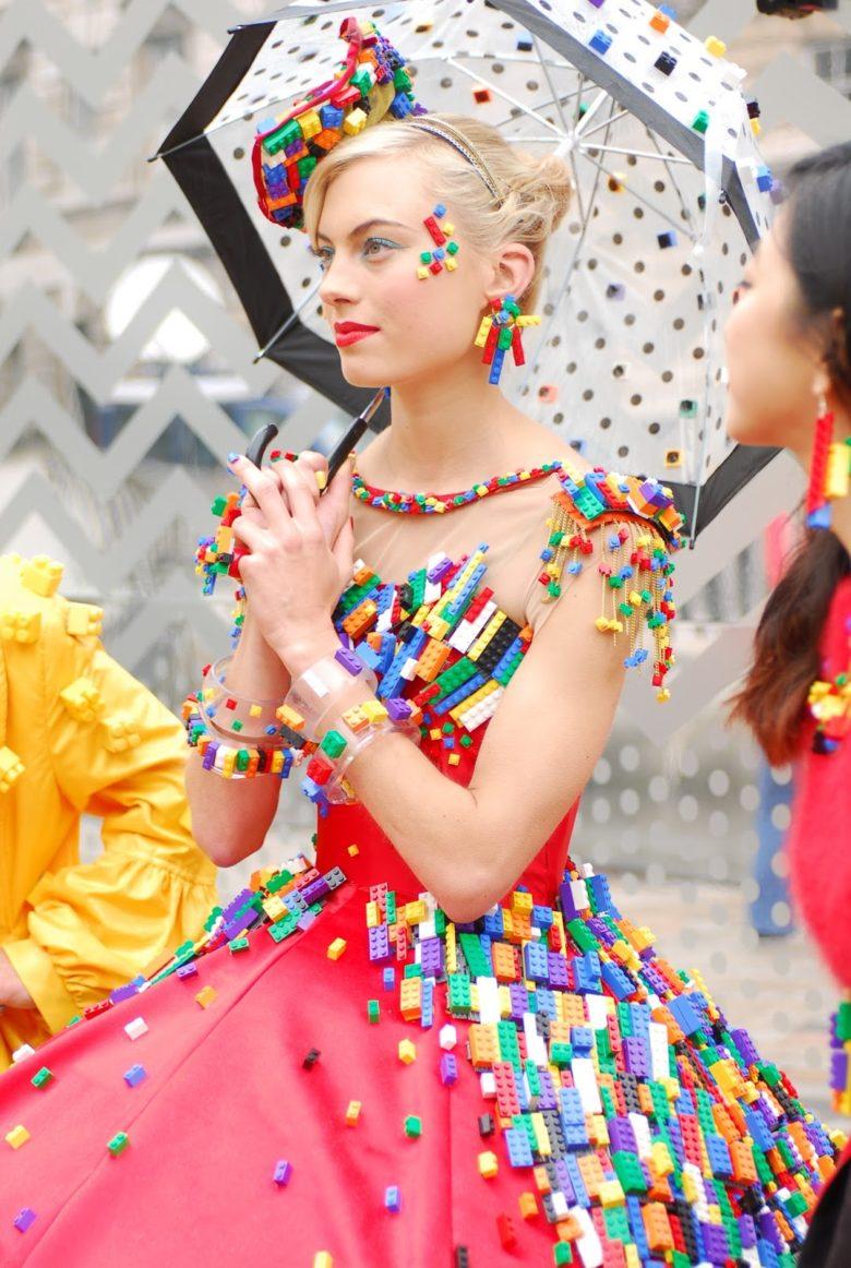 【レゴドレスおもしろ画像】約5,000個のレゴブロックで飾られたドレスがすごい(笑)