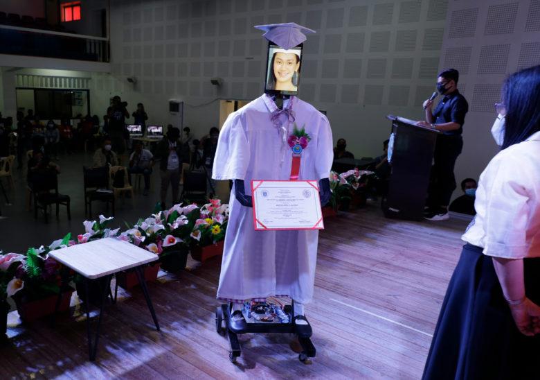 ロックダウン中のフィリピンの高校卒業式の様子(笑)