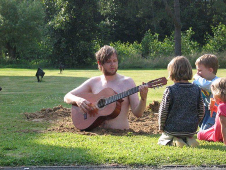 【海外おもしろ画像】庭に開けた穴に入ってギターを弾く海外の芸術家がシュール(笑)