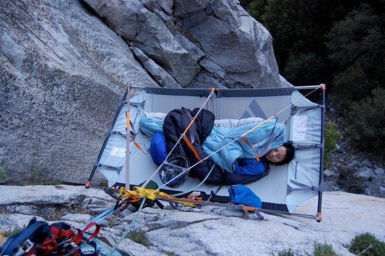 断崖絶壁で寝るロッククライマー(笑)