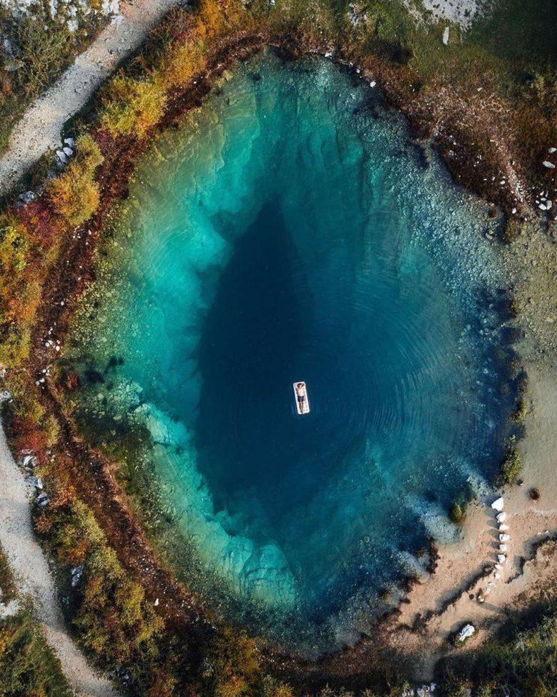 クロアチアのツェティナ川水源に浮かぶ人たち(笑)