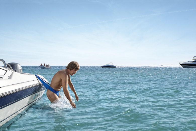【夏と海おもしろ画像】ボートに水着が引っかかって呆然とする男性(笑)