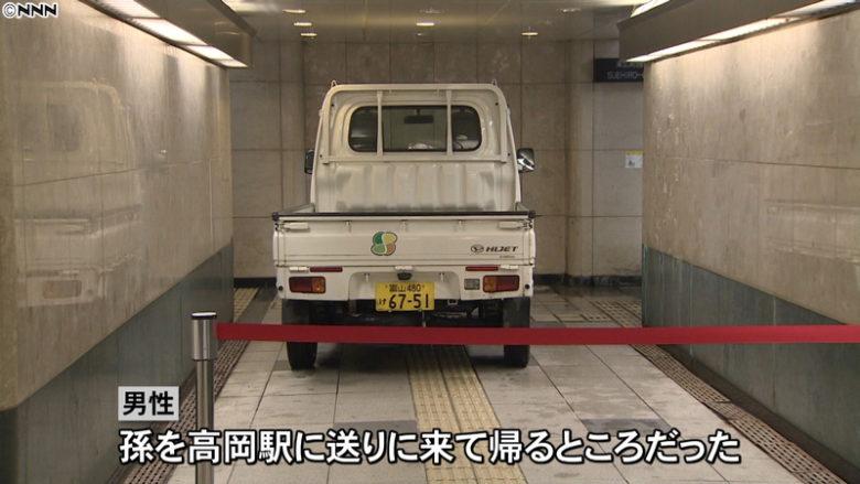 【珍事件画像】軽トラで歩行者用の地下道に侵入した88歳の男性!