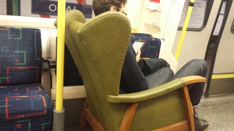 【海外電車おもしろ画像】ロンドンの地下鉄でアームチェアに座る人(笑)
