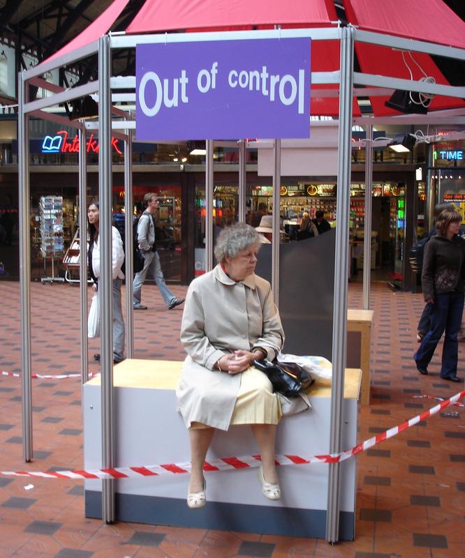 【海外看板おもしろ画像】高齢女性が休んでいる立ち入り禁止の場所の看板(笑)