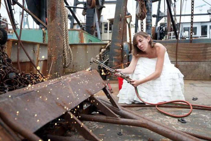 【花嫁おもしろ画像】工場で溶接をする花嫁(笑)