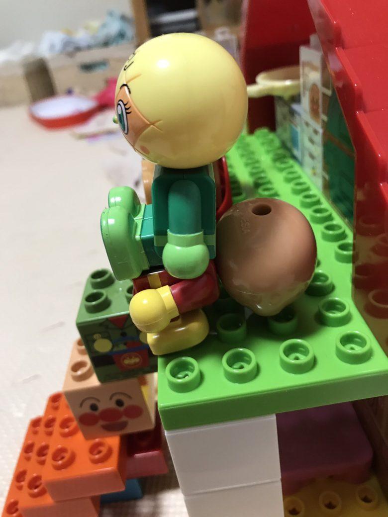 3歳の子どものブロック遊びで可哀想な扱いを受けるアンパンマン(笑)
