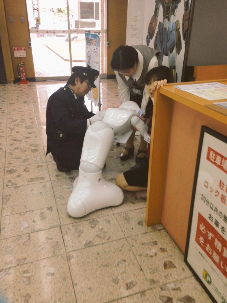 琉球銀行本店で介抱してあげた具合悪そうなペッパーくん(笑)