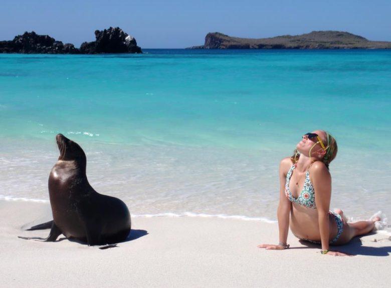 【海おもしろ画像】海で女性のポーズを真似するアシカ(笑)