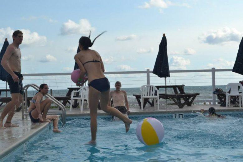【プールおもしろ画像】プールの水面を走る女性(笑)