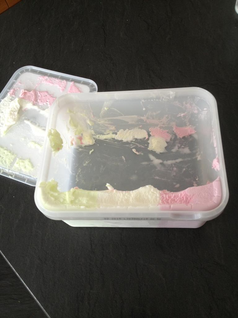 【夏おもしろ画像】ひどいアイスの食べ方をする姉(笑)