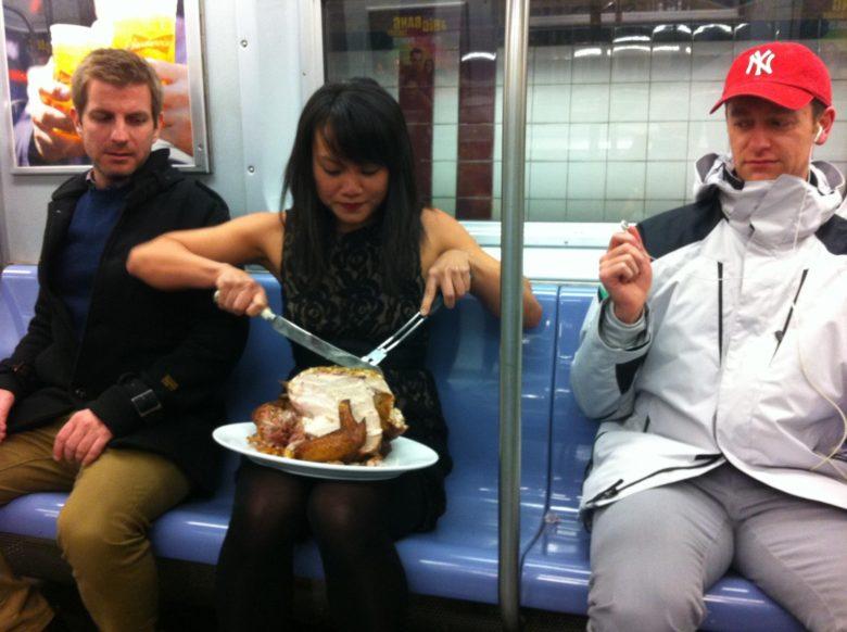 【海外地下鉄おもしろ画像】ニューヨークの地下鉄で七面鳥を食べようとする人(笑)