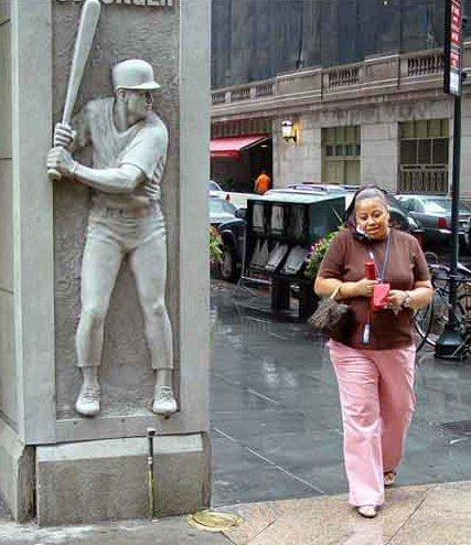 【銅像おもしろ画像】野球選手の銅像に頭をスイングされそうな人(笑)