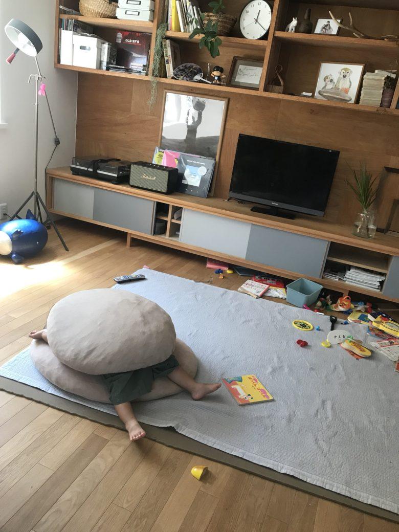 【子どもおもしろ画像】部屋を荒らし、ハンバーガーになって眠る激おこの2歳児(笑)