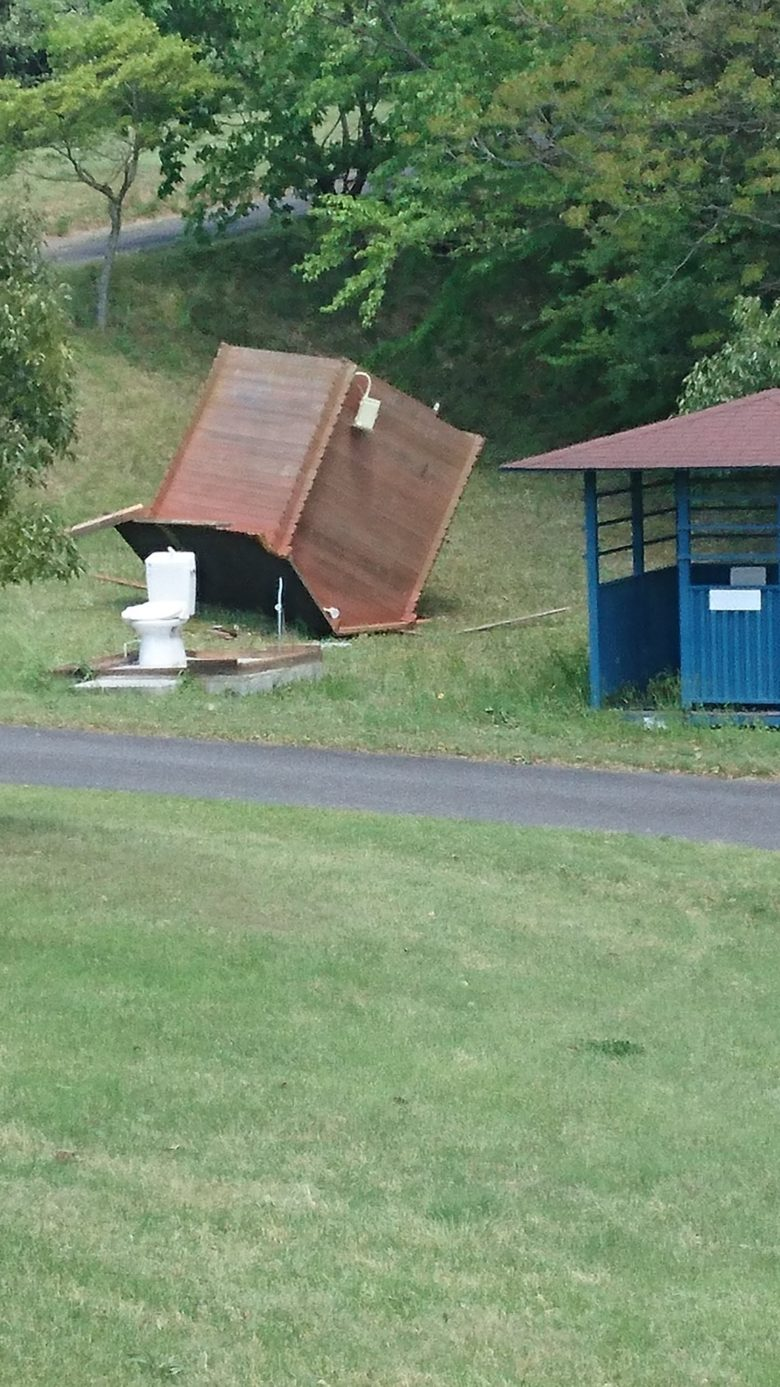 【強風おもしろ画像】強風で小屋が吹き飛ばされたゴルフ場のトイレ!