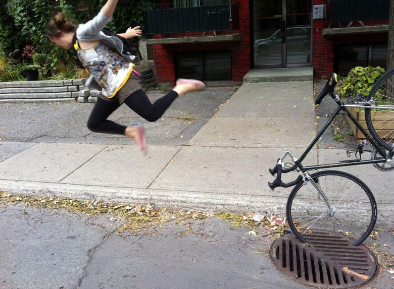 【自転車おもしろ画像】自転車がマンホールの溝に挟まって放り出される人(笑)