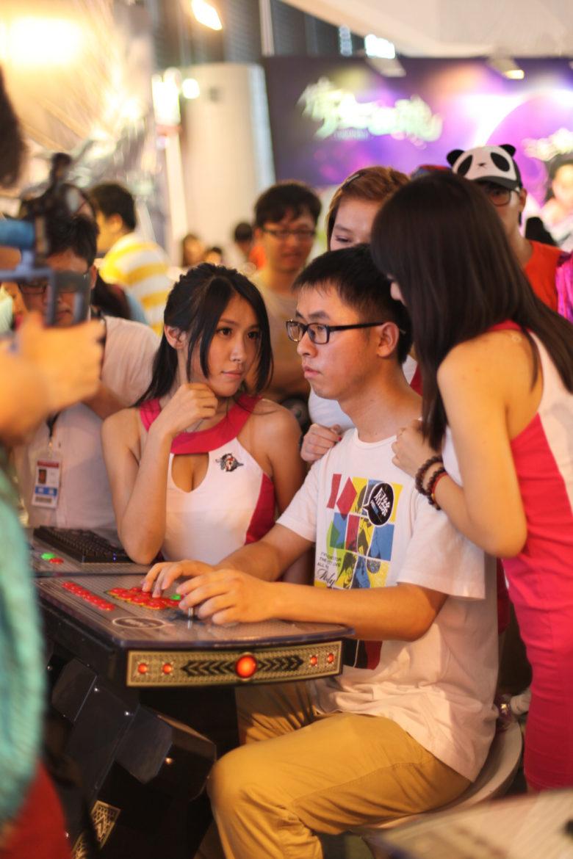 【China Joy 2012おもしろ画像】ゲームに集中できない中国ゲームショーの様子(笑)