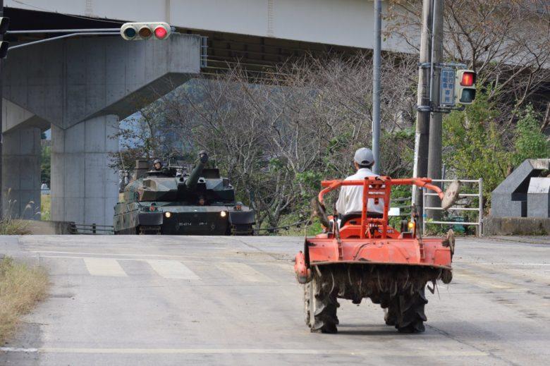 【自動車おもしろ画像】とある田舎の交差点で始まりそうな「戦車vsトラクター」(笑)