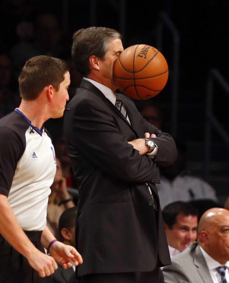 【バスケおもしろ画像】バスケの試合でボールが監督の顔面に直撃した瞬間(笑)