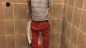 乗るしか! トイレの小便器が高くて用を足せない子どもが考えたテクニック(笑)