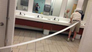 びょーん! トイレットペーパーがベルトに挟まってる事に気付かず手を洗うおじいちゃん(笑)