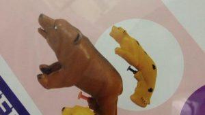 そこは! 動物の形をした水鉄砲のトリガーの位置(笑)