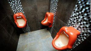 下品? ドイツのレストランの男子トイレに設置された口の形をした小便器(笑)