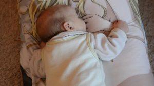 こんな使い方が! 柏崎星奈スムース抱き枕カバーですやすやと眠る赤ちゃん(笑)