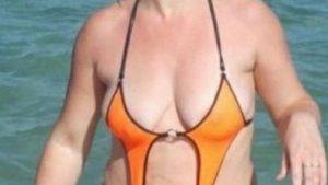 こんなの着れない! 面積の少ない水着を着て海で遊ぶ外国人女性(笑)