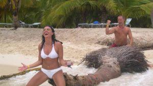 どうだ! 海岸に打ち上げられた大木をアレに見立てて遊ぶカップル(笑)
