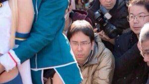 堂々! 険しい表情でコスプレイヤーをローアングルから撮影するオタク(笑)