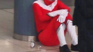 やってられっか! 品川駅でワンカップ飲みながら柱にうなだれる赤レンジャー(笑)