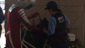ちょっといいですか? 秋葉原に現れたウルトラセブン、警察の職質を受ける(笑)